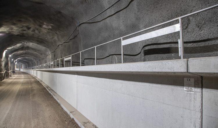 Matinkylä-Kivenlahti-osuuden ratalinja toukokuussa 2019. Kuvassa näkyy molempiin tunneleihin rakennettu tukimuurielementti, jonka sisällä kulkee Länsimetron talotekniikan kaapeleita ja kansi toimii hätäpoistumistasona. Kuva: Timo Kauppila, INDAV